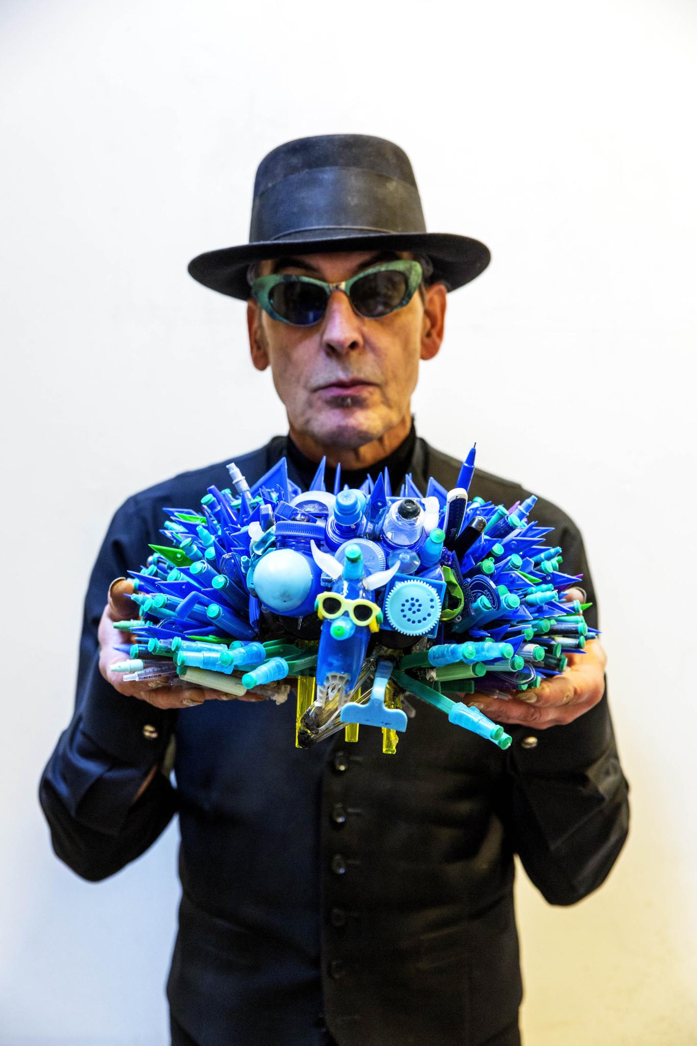 Justus Anton (Jules) Deelder (Rotterdam, 24 november 1944) is een Nederlandse dichter, voordrachtskunstenaar of performer en schrijver. In zijn handen een kunstwerk door hem gemaakt van plastic afval. foto VINCENT MENTZEL. Nederland. Rotterdam, 7 november 2016