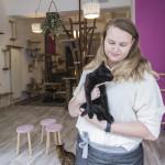 Kroelen met katten bij Pebbles Kitty Cat Café